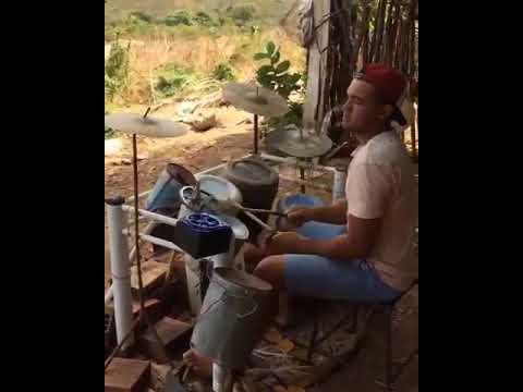 Agricultor que tocava bateria feita com sucatas ganha instrumento profissional doado por empresário em Fortaleza