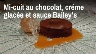 Recette de chef : mi-cuit au chocolat, crème glacée marron et sauce Bailey