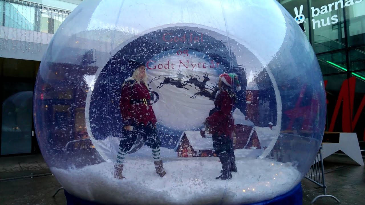 Inflatable snow globe inflatable snow globe julekulen for Outdoor christmas globes