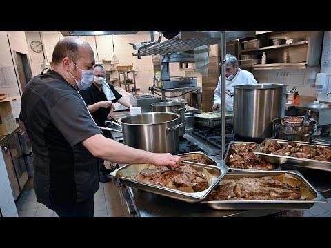 شاهد: كبار الطهاة يحضرون الطعام للطواقم الطبية الرازحة تحت ضغط -كورونا- بالمجر…  - نشر قبل 10 ساعة