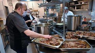 """شاهد: كبار الطهاة يحضرون الطعام للطواقم الطبية الرازحة تحت ضغط """"كورونا"""" بالمجر…"""