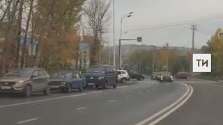 Появилось видео аварии в Салмачах, в которой пострадал водитель «Лады», влетевшей в столб