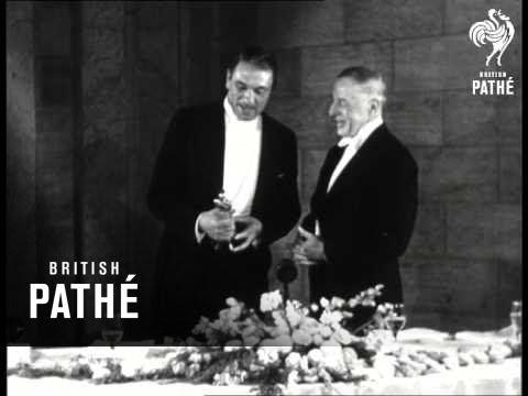 Victor Mccaglen Receives Oscar 1935
