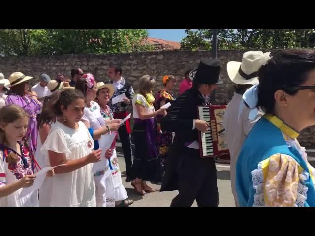 Un momento del Pasacalles de la Feria de Indianos de Colombres