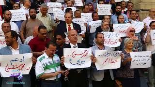 وقفة احتجاجية للأطباء على سلالم دار الحكمة ..فيديو وصور