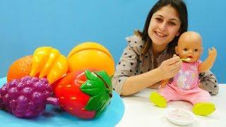 Ayşe Gül bebeğe meyveli yoğurt yapıyor