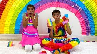Mia e Artem colaram com brinquedos adesivos coloridos para Nastya