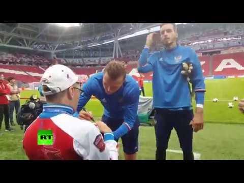 Сборная России подарила мяч с автографами страдающему ДЦП болельщику