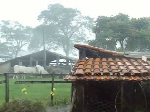 Resultado de imagem para imagens de chuva forte em fazenda