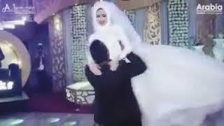اول عريس يشيل عروستة بلطريقة دى.  روووووووعة انا السكران