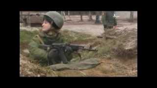 Otomatik silahla atış yapan kadın askerin zor anları