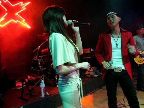 """Phan Dinh Tung performing """"Van Trang Khuya"""" at X-Club in Dallas"""