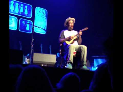 Ben Harper playing Suzie Blue on Ukulele