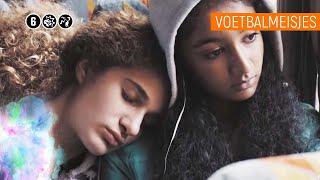 VERLIEFD OP JE BESTE VRIEND(IN)?! | Voetbalmeisjes #8 | NPO Zapp