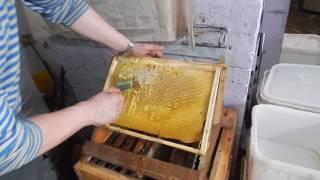 "Вася плетёт "" Морду""/Качаем мёд дома,на кухне."