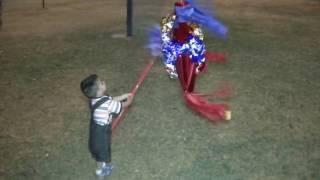 Quebrando la piñata de Ian Figueroa dos años parte 2