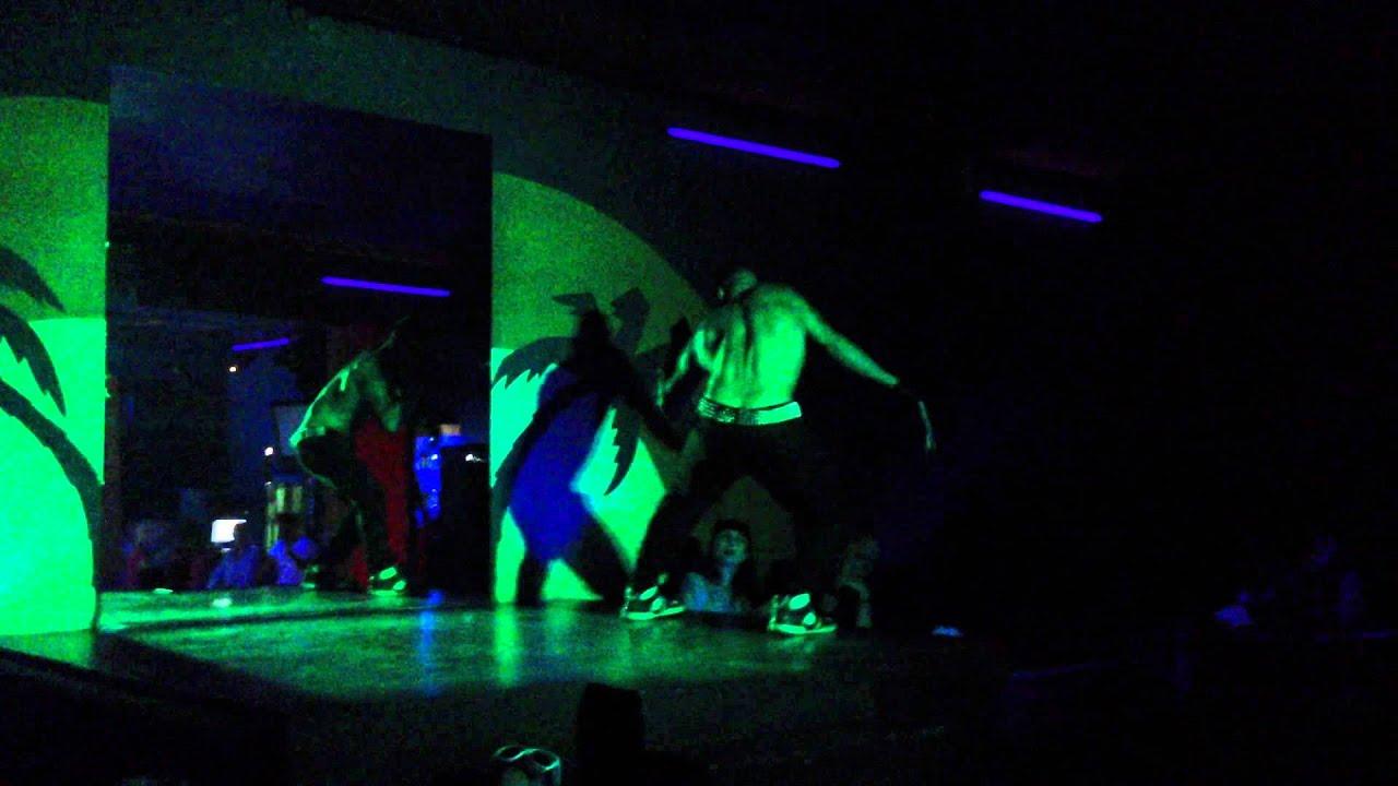 Мужской стриптиз в клубе ковбой танцует и ебет малышек