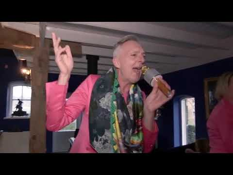 Erica en Martien Meiland repeteren voor karaoke als Edsilia Rombley   Chateau Meiland 18-3-2021