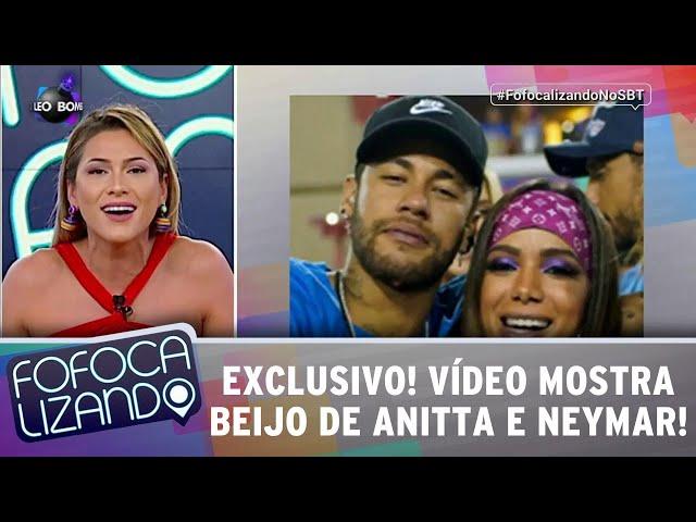 EXCLUSIVO! Vídeo mostra beijo de Anitta e Neymar na Sapucaí! | Fofocalizando (06/03/19)