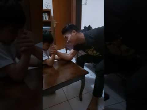 Anak kecil vs orang dewasa ( adu panco)