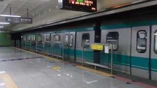 光州地下鉄1号線1000系 鶴洞·証心寺入口駅到着 Gwangju Metro Line 1 Train