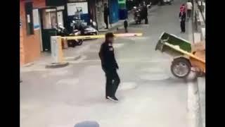 【衝撃映像】5歳の子供が運転したトゥクトゥクが暴走し橋に激突 中国/昆山 2019 年12 月13日