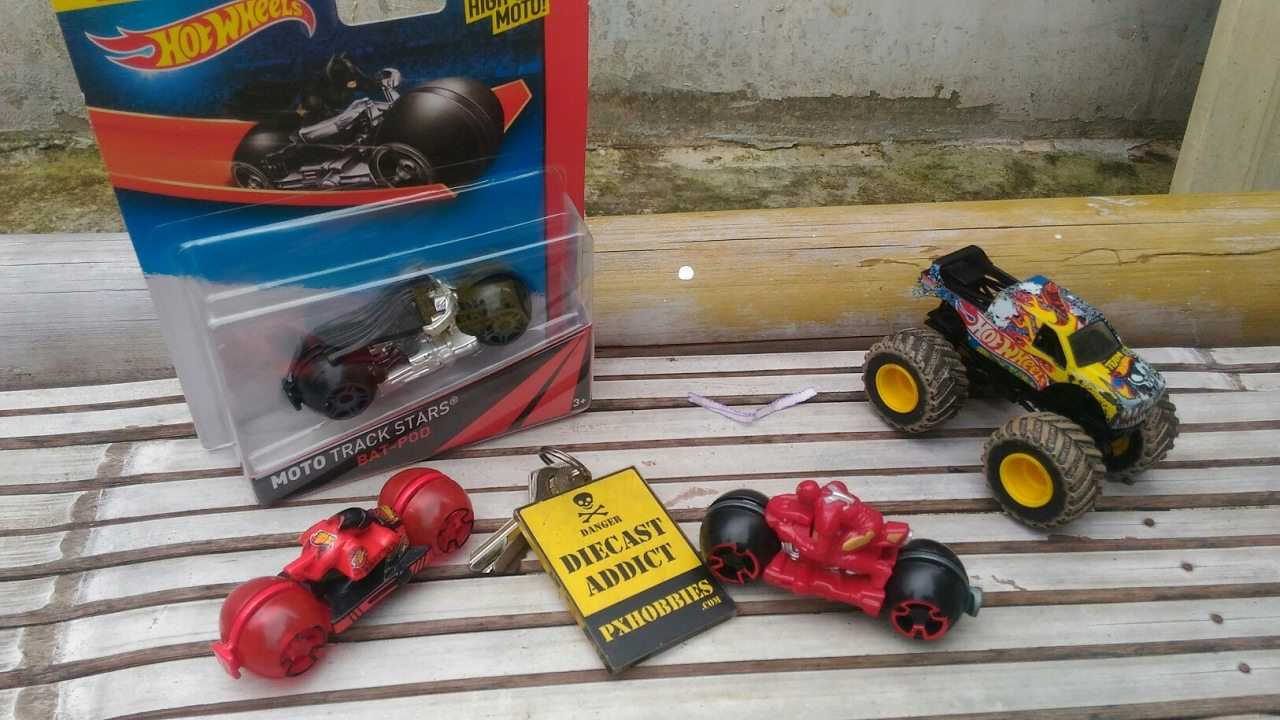 Unboxing Hotwheels Monster Jam Team Moto Track 15 Land Rover Defender Double Cab Hijau Stars Batpod Iron Man Teamred