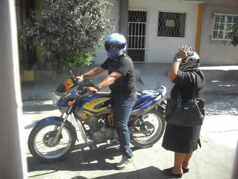 Mujeres con vestidos muy cortos en motos