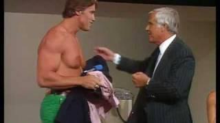 Arnold Schwarzenegger - Zeigt seinen Oberkörper 1982 thumbnail