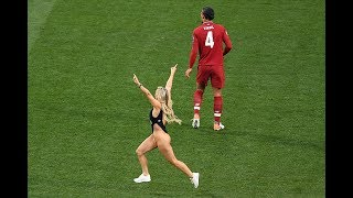 Девушка выбежала на поле в финале лч Видео
