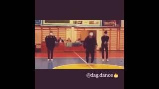 Парни классно танцуют 😊