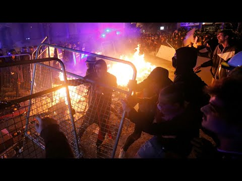 afpde: Proteste in Katalonien schlagen erneut in Gewalt um | AFP