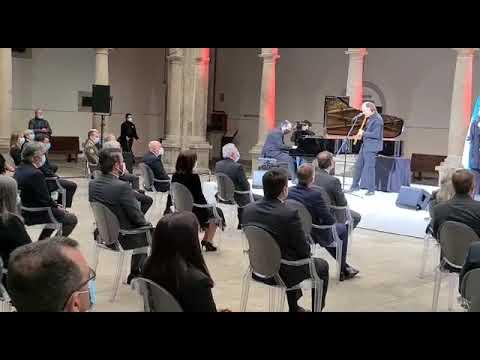 Luz Casal y Carlos Núñez interpretan 'Negra sombra' en memoria de las víctimas del coronavirus