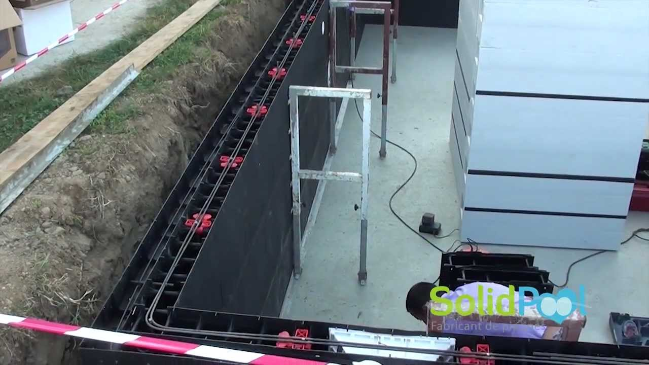 Construction piscine etampage structure solidpool for Construction piscine desjoyaux youtube