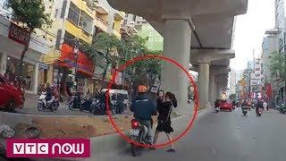 Bế con qua đường, mẹ trẻ bị xe tông giữa phố