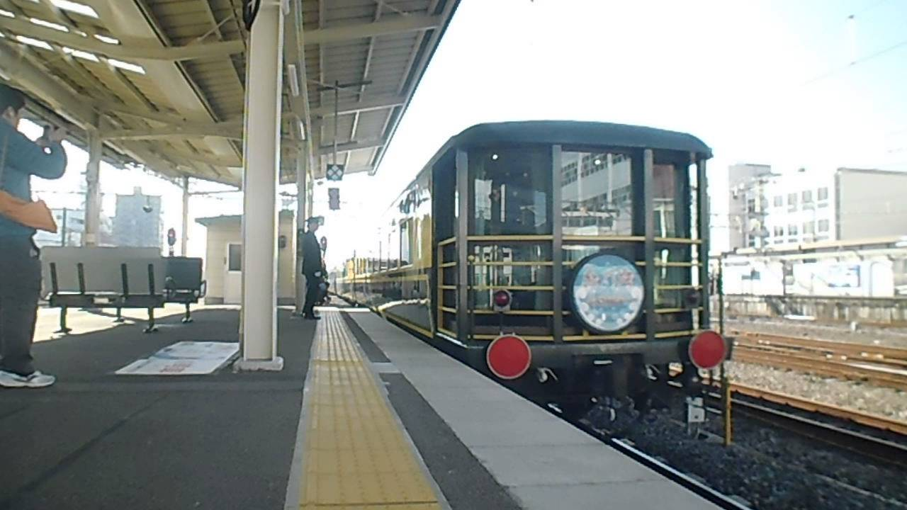 [音量注意!!]大警笛を鳴らしてDD51+サロンカーなにわ発車!@和歌山 - YouTube