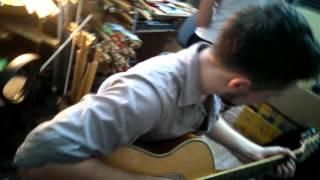 Thanh niên người nước ngoài đến mua sáo bầu chơi guitar rất điêu luyện!