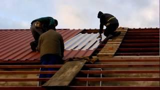kładzenie dachu na oborę :D by Kawasakin