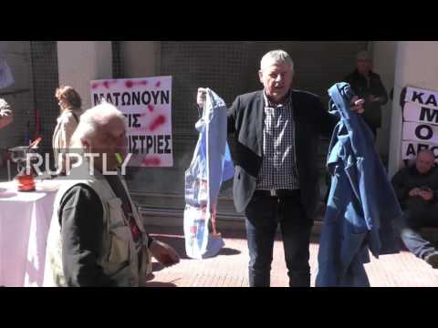 Greece: Scuffles as hospital workers attempt to force entry to Health Ministry in Athens