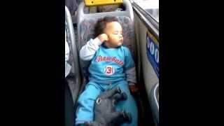 Jônatas dormindo no ônibus