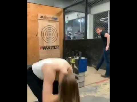 Mujer casi se vuela la cabeza con un hacha