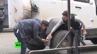 Корреспондент RT пострадал от слезоточивого газа во время разгона демонстрантов в Турции(В турецком городе Диярбакыр, где 28 ноября был застрелен известный адвокат и оппозиционер Тахир Эльчи, продо..., 2015-11-30T15:00:36.000Z)