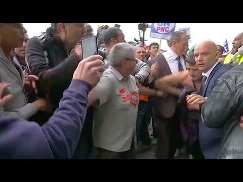 Air France: jefe de recursos humanos se escapa de una reunión con sindicatos
