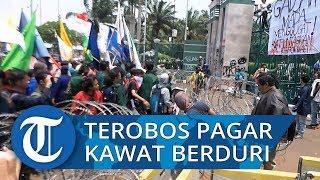 Mahasiswa Berhasil Terobos Pagar Kawat Berduri Depan Gerbang DPR