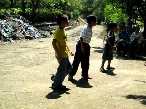 baile de niños con las chicas del club