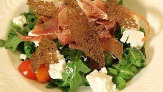 Салат с хамоном и сицилийскими оливками