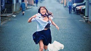 SUPER☆GiRLSの浅川梨奈が、制服を破り捨てながら住宅街を全力疾走するス...