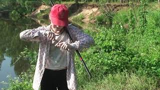 2011 06 11 Катюшка (внучка) ловит рыбку