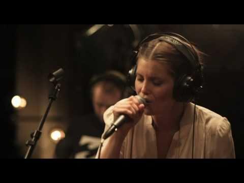 Laura Närhi - Mä annan sut pois (Official Music Video)