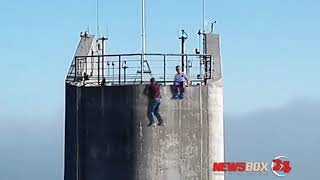 Видео молодых людей на пилоне Русского моста взволновало Минтранс